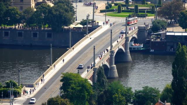 stockvideo's en b-roll-footage met uitzicht op de praagse brug - stare mesto