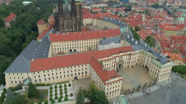 vidéos et rushes de prague castle aerial drone view of the castle in prague, czech republic. - prague