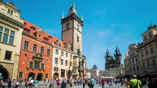 プラハ中央広場と天文時計塔, チェコ - プラハ旧市庁舎点の映像素材/bロール