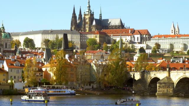 prager karlsbrücke und hradcany-hügel - stare mesto stock-videos und b-roll-filmmaterial