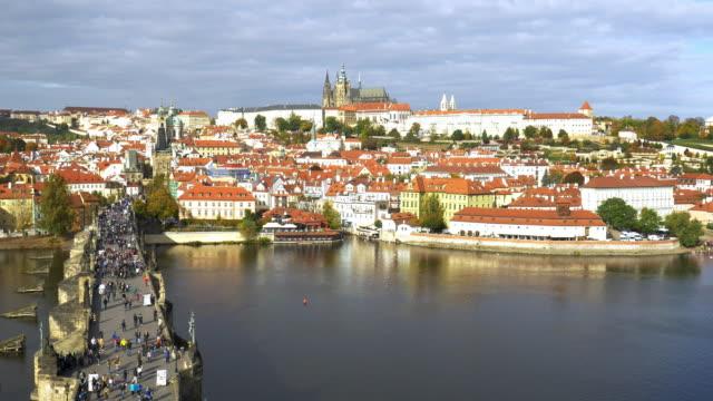 プラハ カレル橋、聖ヴィート大聖堂とフラドチャニ - 聖ヴィート大聖堂点の映像素材/bロール