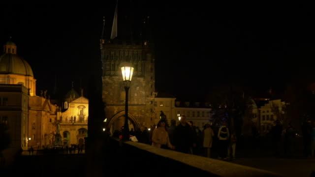 vidéos et rushes de prague charles bridge at night - stare mesto