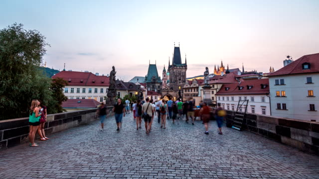 stockvideo's en b-roll-footage met prague charles bridge hyperlapse - praag