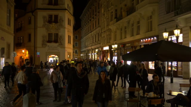 vídeos de stock, filmes e b-roll de prague karlova street in staré město - praga