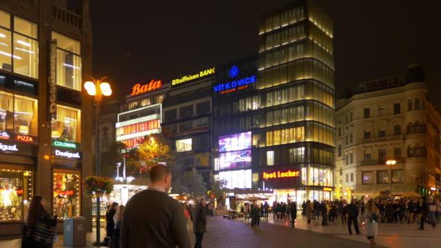 vídeos de stock, filmes e b-roll de prague na příkopě street and václavské nám - república tcheca