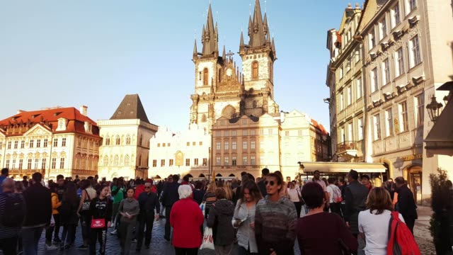stockvideo's en b-roll-footage met prague old town square and tyn church - praag