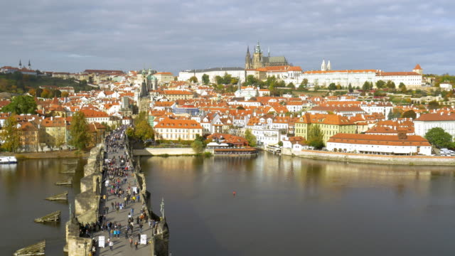 vídeos de stock e filmes b-roll de prague skyline with charles bridge - embarcação comercial
