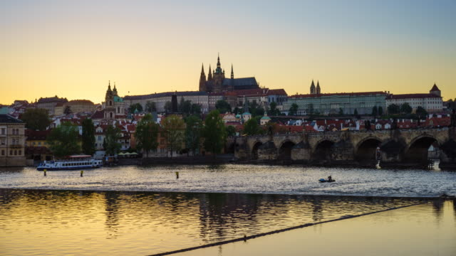 vídeos de stock e filmes b-roll de prague skyline with st. vitus cathedral, charles bridge and the castle district, day to night time lapse - castelo de hradcany