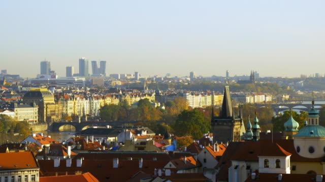 vidéos et rushes de skyline de prague avec les gratte-ciels du quartier pankrác - stare mesto