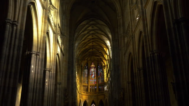 prague st. vitus cathedral interior - arco architettura video stock e b–roll
