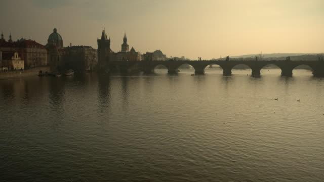 vídeos de stock, filmes e b-roll de prague, the charles bridge, and river - ponte carlos
