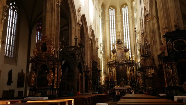 prague tyn church interior - arco architettura video stock e b–roll