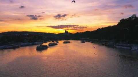 プラハのモルダウ川と夕日フラッチャニの丘 - 聖ヴィート大聖堂点の映像素材/bロール