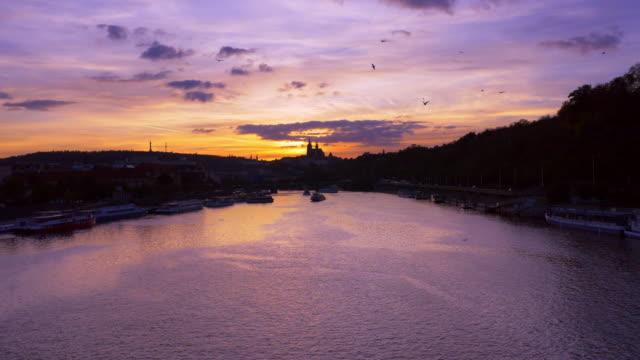 vídeos de stock e filmes b-roll de prague vltava river and hradcany hill at sunset - praga boémia