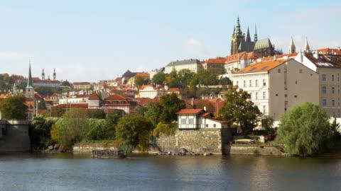 プラハのモルダウ川とフラッチャニの丘 - 聖ヴィート大聖堂点の映像素材/bロール