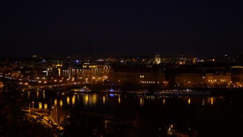 vídeos y material grabado en eventos de stock de río vltava de praga y ciudad vieja en la noche - praga
