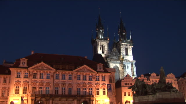 praguechurch of our lady before tyn at night in prague czech republic - altstädter ring stock-videos und b-roll-filmmaterial