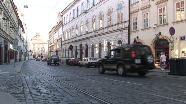 vidéos et rushes de praguecity street in prague czech republic - véhicule utilitaire et commercial