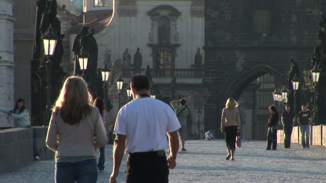 vídeos y material grabado en eventos de stock de pragueold town bridge in prague czech republic - cultura checa