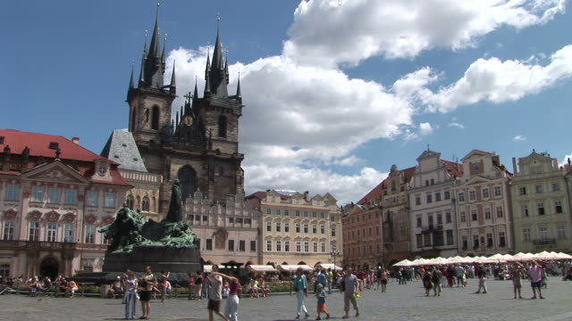 vidéos et rushes de pragueold town square in prague czech republic - culture tchèque