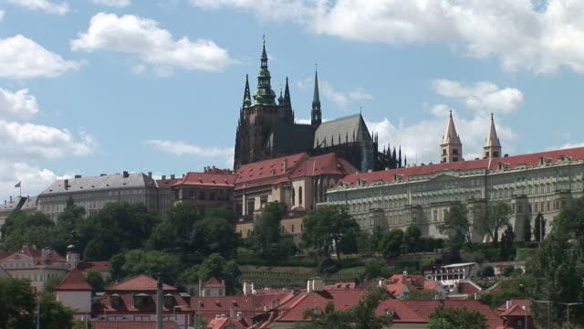 vídeos de stock, filmes e b-roll de pragueprague castle and st vitus cathedral in prague czech republic - hradcany castle