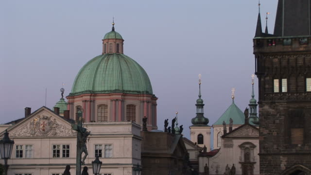 praguest. francis church and old town bridge tower at magic hour in prague czech republic - 宗教施設点の映像素材/bロール
