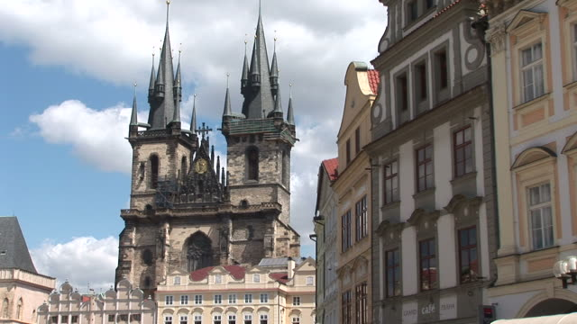 praguetyn church in old town square in prague czech republic - altstädter ring stock-videos und b-roll-filmmaterial