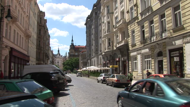 vidéos et rushes de pragueview of a city street in prague czech republic - culture tchèque