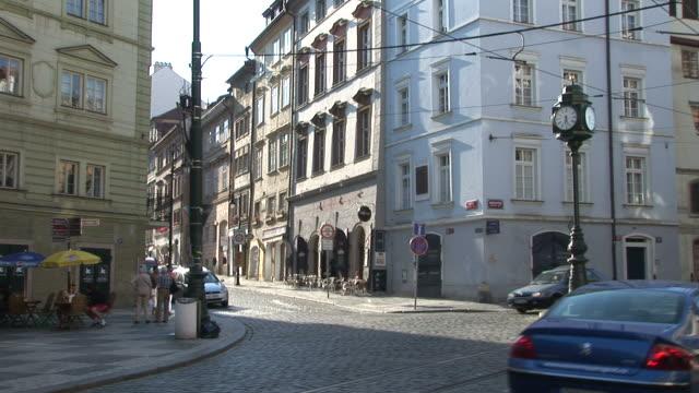 vidéos et rushes de pragueview of a city street in prague czech republic - véhicule utilitaire et commercial