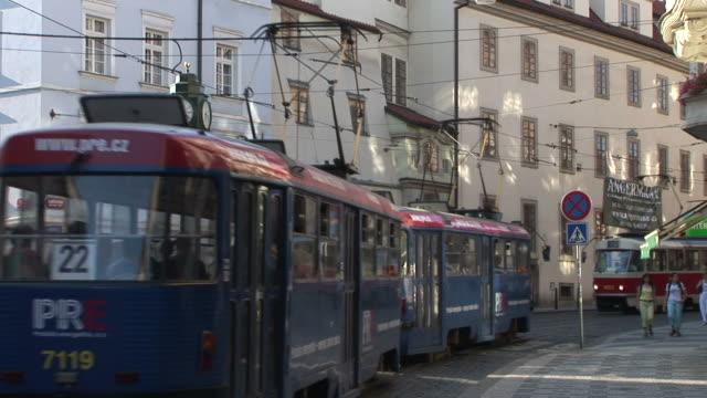 vidéos et rushes de pragueview of a street clock in city street of prague czech republic - véhicule utilitaire et commercial
