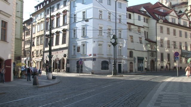 vidéos et rushes de pragueview of an intersection in prague czech republic - véhicule utilitaire et commercial