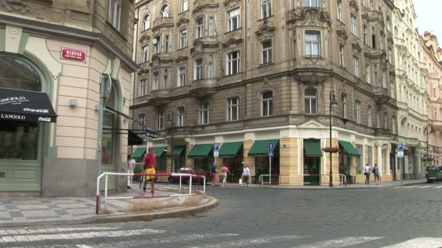 vídeos y material grabado en eventos de stock de pragueview of city street in prague czech republic - menos de diez segundos