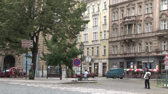 vidéos et rushes de pragueview of city street in prague czech republic - culture tchèque