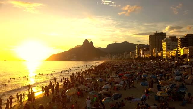praia de ipanema- voo sobre a praia no pôr-do-sol - pôr do sol stock videos & royalty-free footage