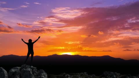 vidéos et rushes de louant dieu au lever du soleil - respect