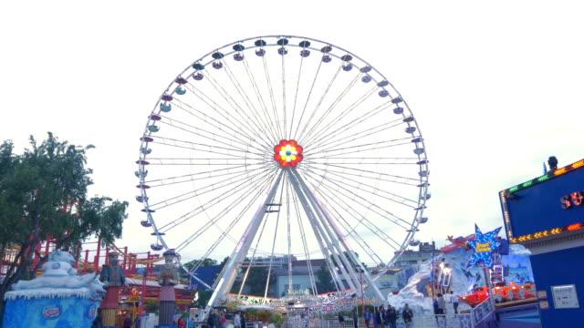 prater fairground.big wheel.very wide shot - 観覧車点の映像素材/bロール