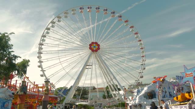 prater fairground.big wheel.wide shot - プラーター公園点の映像素材/bロール