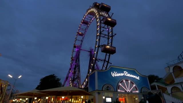prater fairground.ferris wheel.medium shot.night time - プラーター公園点の映像素材/bロール