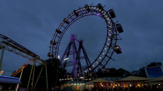 prater fairground.ferris wheel.wide shot.night time - プラーター公園点の映像素材/bロール
