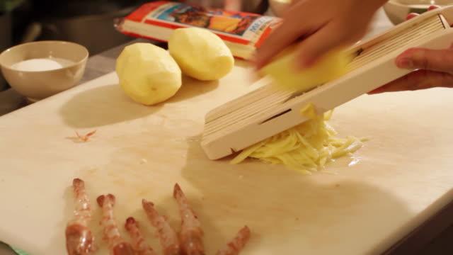 vídeos y material grabado en eventos de stock de ms prawn dish preparation at a kitchen grating potato / sao paulo, brazil - utensilio para cocinar