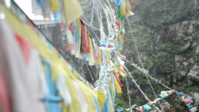 Beten Sie Flagge auf windigen Tag, Tibet