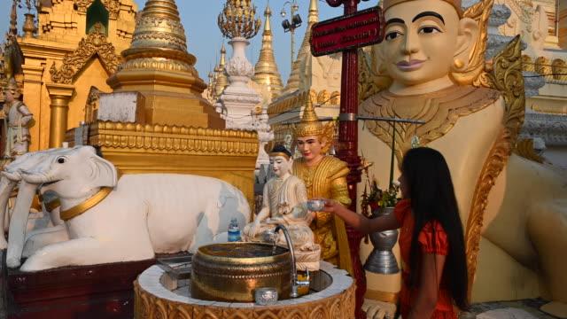 prayer and offerings in the shwedagon pagoda, yangon, myanmar - pregare video stock e b–roll