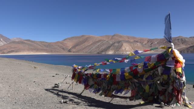 Gebetsfahnen am Pangong See mit Berg und blauen Himmel, Ladakh, Nord-Indien