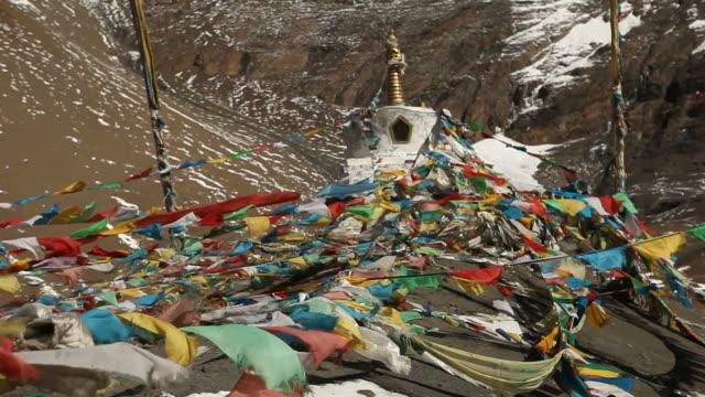 Gebetsfahnen wehen im Wind auf Seite des Snowy Mountain