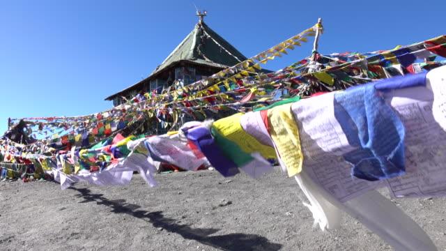 gebetsfahnen schwebend in den wind, leh ladakh, nord-indien - nepal stock-videos und b-roll-filmmaterial
