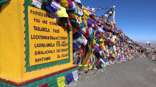 vídeos de stock, filmes e b-roll de bandeiras de oração flutuando ao vento, leh ladakh, norte da índia - himalaias