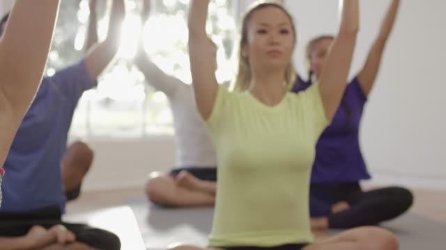 vídeos y material grabado en eventos de stock de posición de oración en clase de yoga - centro de yoga