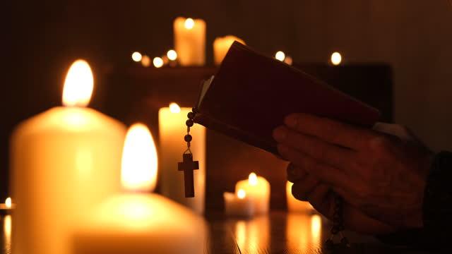 preghiera - bibbia video stock e b–roll