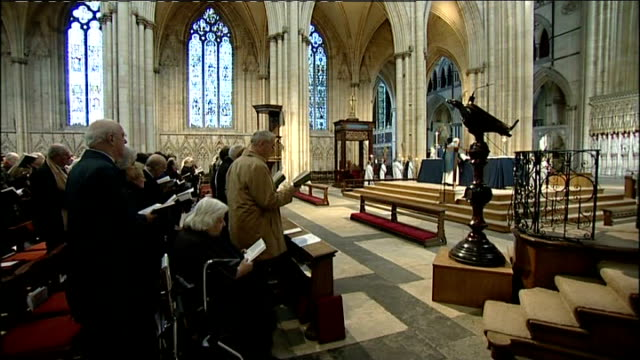 prayers said for missing woman claudia lawrence england yorkshire york york minster int congregation singing hymn sot members of congregation praying... - kanzel stock-videos und b-roll-filmmaterial