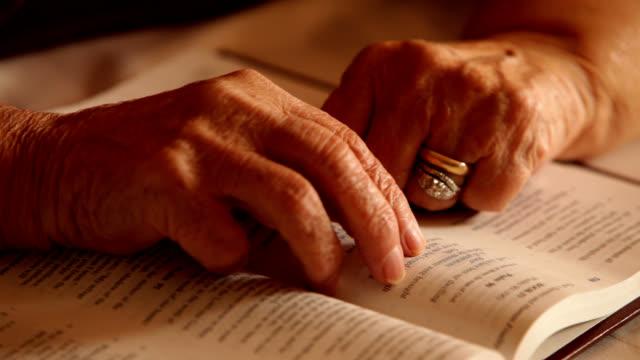 vidéos et rushes de prier mains sur une sainte bible - bible
